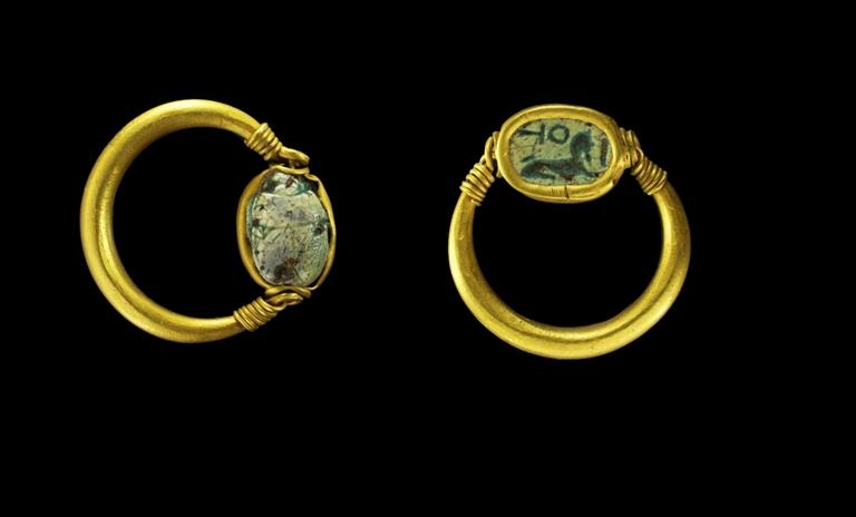 תערוכת חרפושיות - מוזיאון היהלומים רמת גן - טבעת אצבע עם חרפושית סטאטיט מזוגג וזהב  צילום מוזיאון ישראל - ולדימיר נייחין   (2)