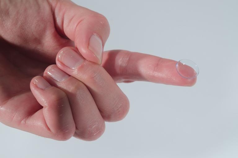 יד עם עדשה 2