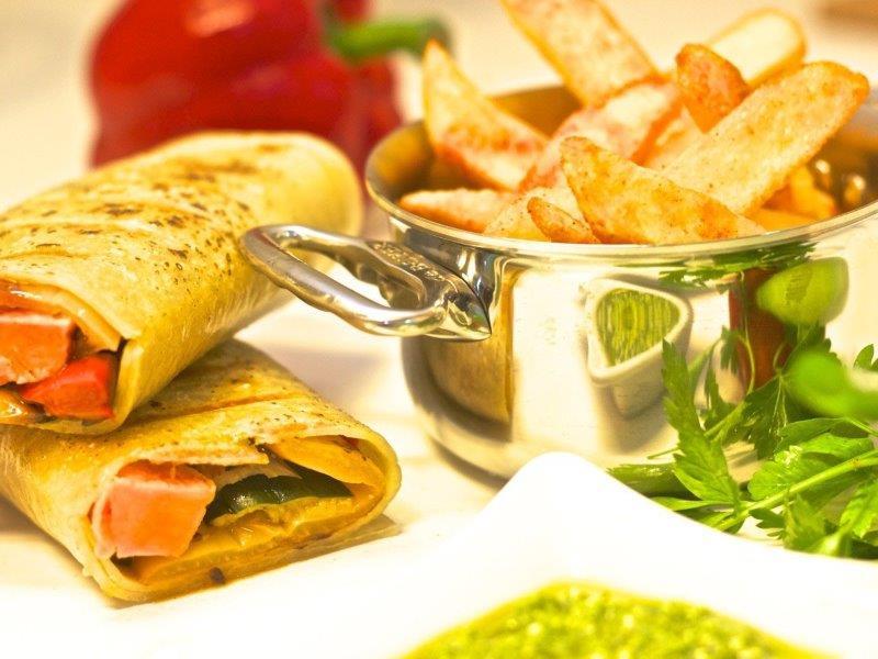 רול טורטייה במילוי ירקות גריל עם ממרח פסטו
