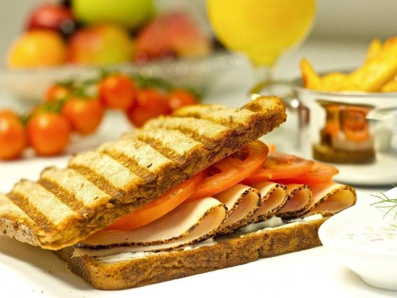 טוסט לחם שבעה דגנים עם  פסטרמה הודו עם עגבנייה וממרח רמולאד שיקפיץ את הכריך בטעמו למקומות אחרי