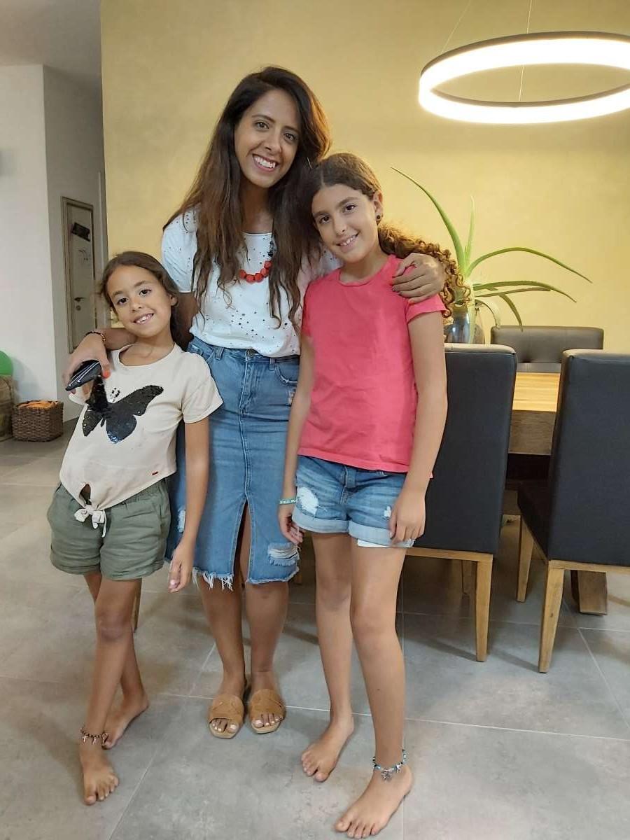 ענת סמבל, מאפרת ומאמנת אישית, עם בנותיה