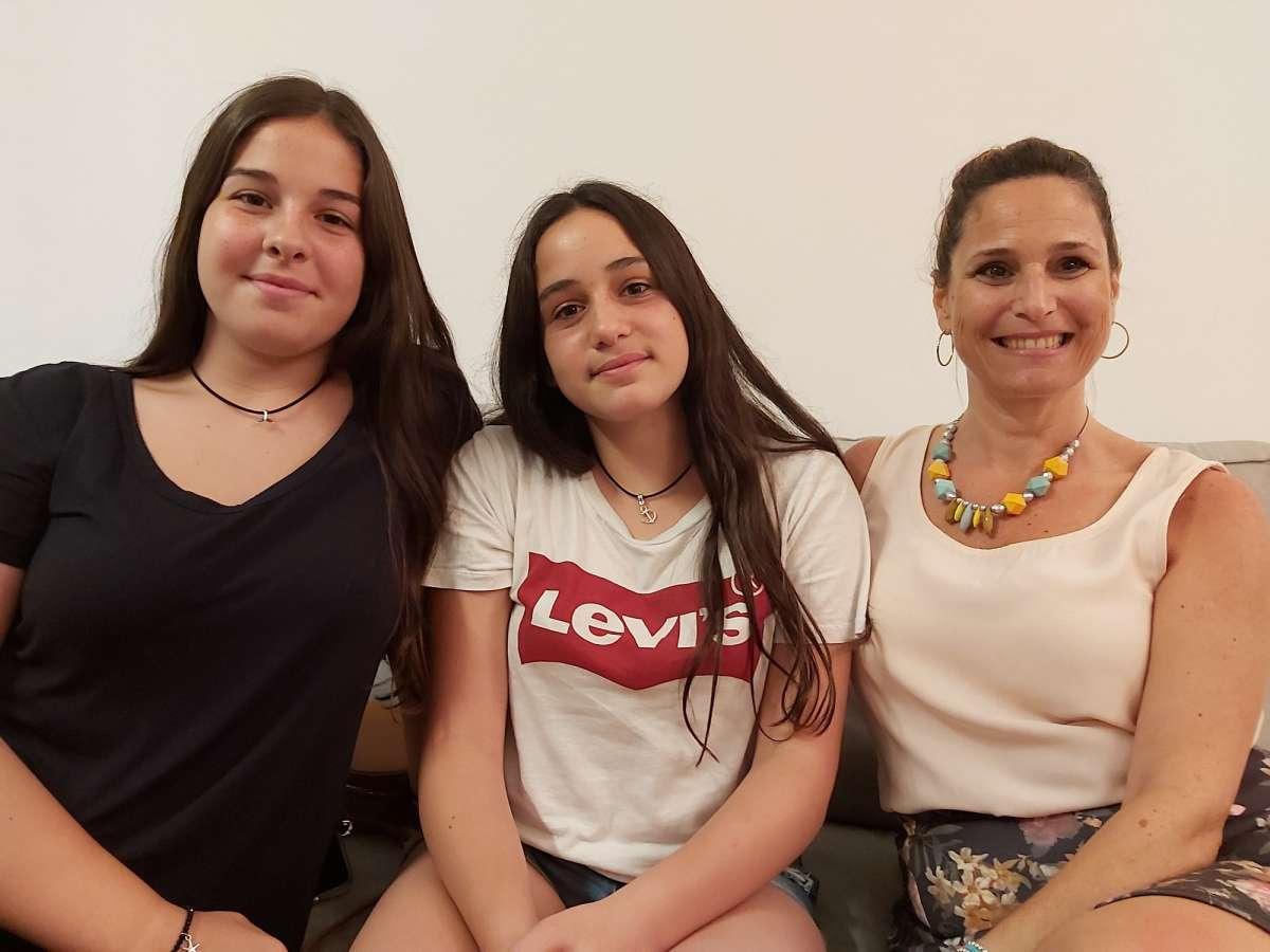 קרן פלד מאמנת העסקים עם בנותיה