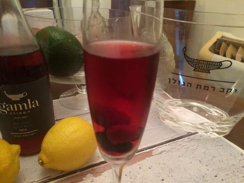 יין רוזה עם פטל, דומדמניות, סירופ ורדים ומיץ לימון