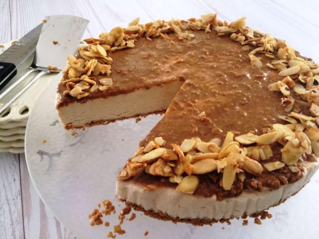 עוגת גבינה קרמל ושקדים חתוכה