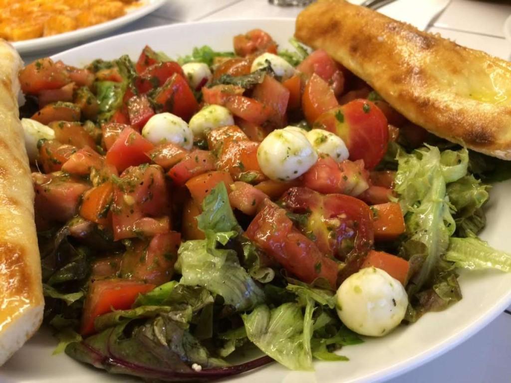 סלט עגבניות ומוצרלה כרמיז