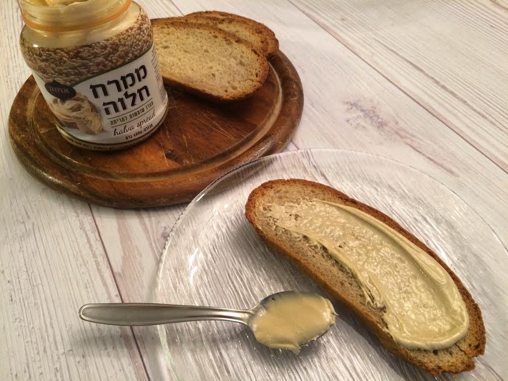 לחם שיפון פרוס עם ממרח חלוה אחוה קמח שופרסל