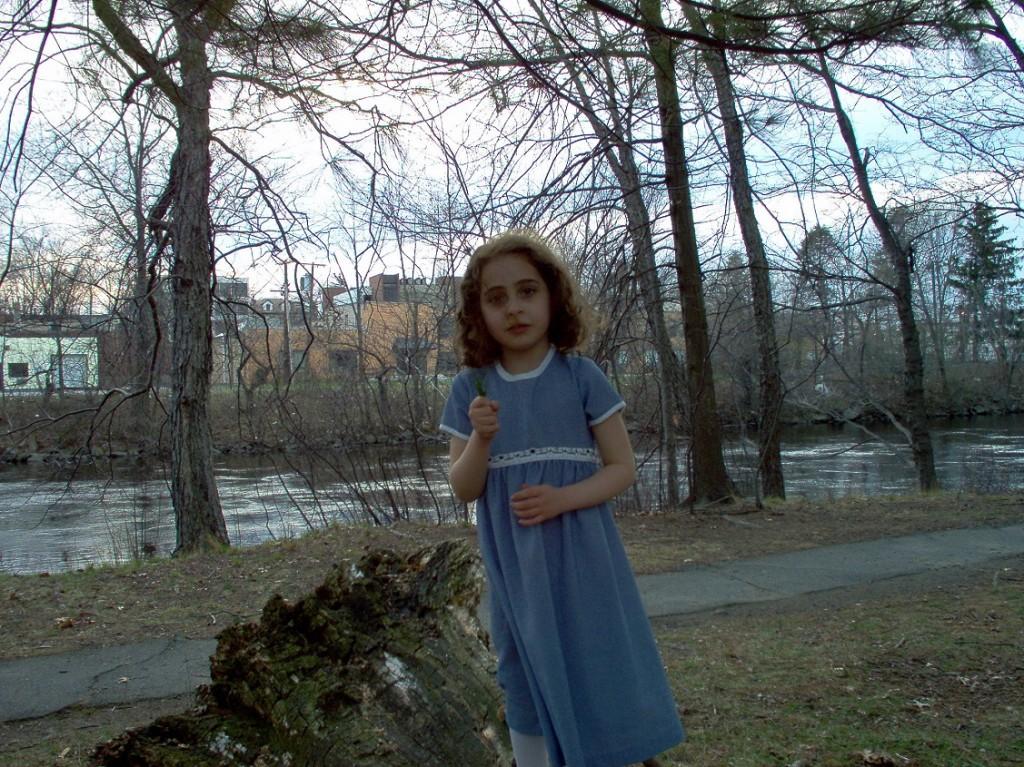 ילדה יפה ליד נהר הצ'ארלס