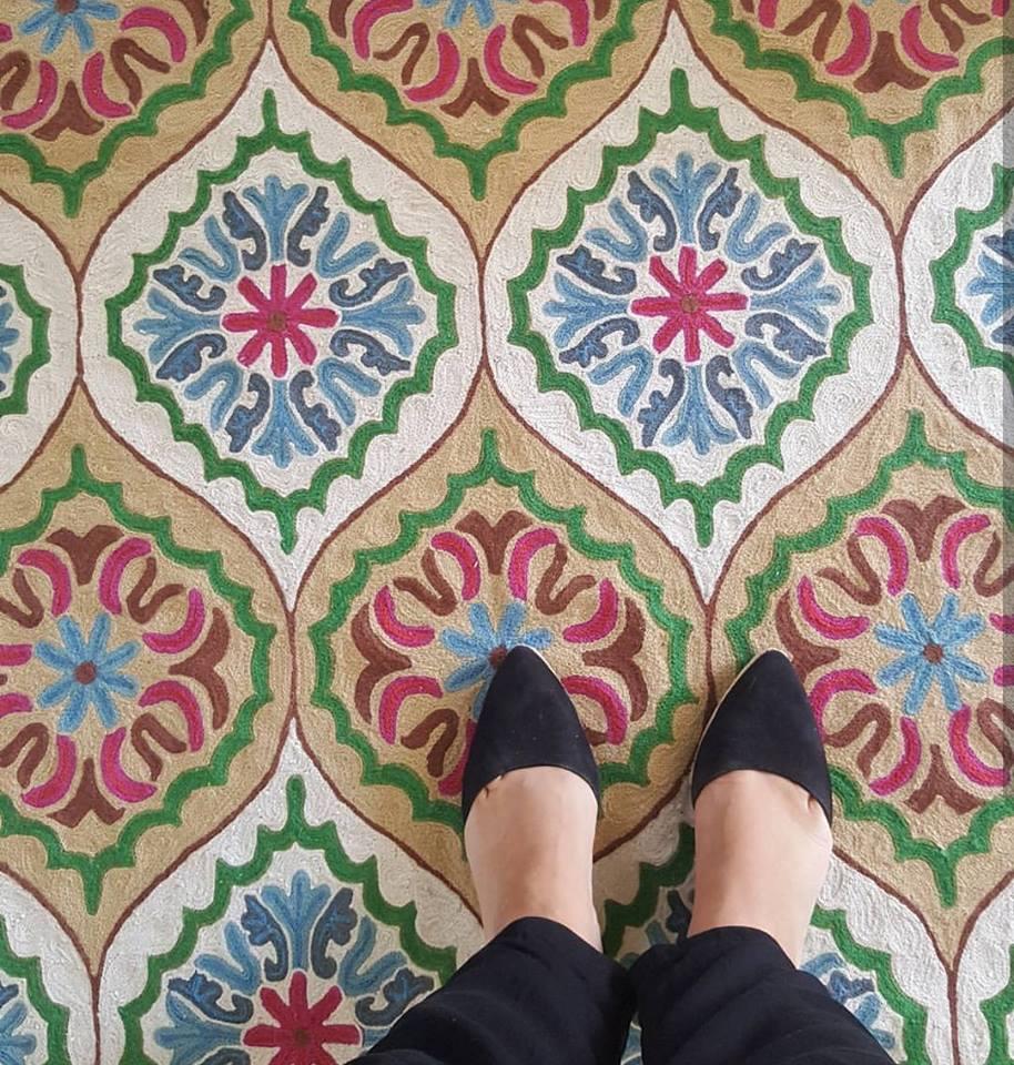 שטיחי חברת קרפטיזם הם תמיד סיבה מצווינת לסלשו אדיר. הצבעוניות שלהם, הרקמות. בסלשו גם הפרופורציות של הטקסטורה יכולים לבוא לידי ביטוי.