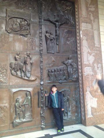 הדלת הראשית שנפתחת רק ביום המיסה הגדולה
