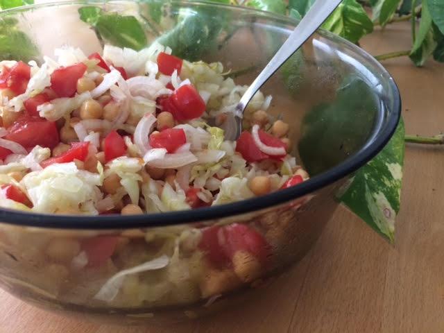 סלט כרוב כבוש עגבניות בצל וגרגרי חומוס מבושלים